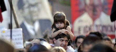 Una multitud recordó en Rosario el golpe de 1976 y hubo un incidente con heridos