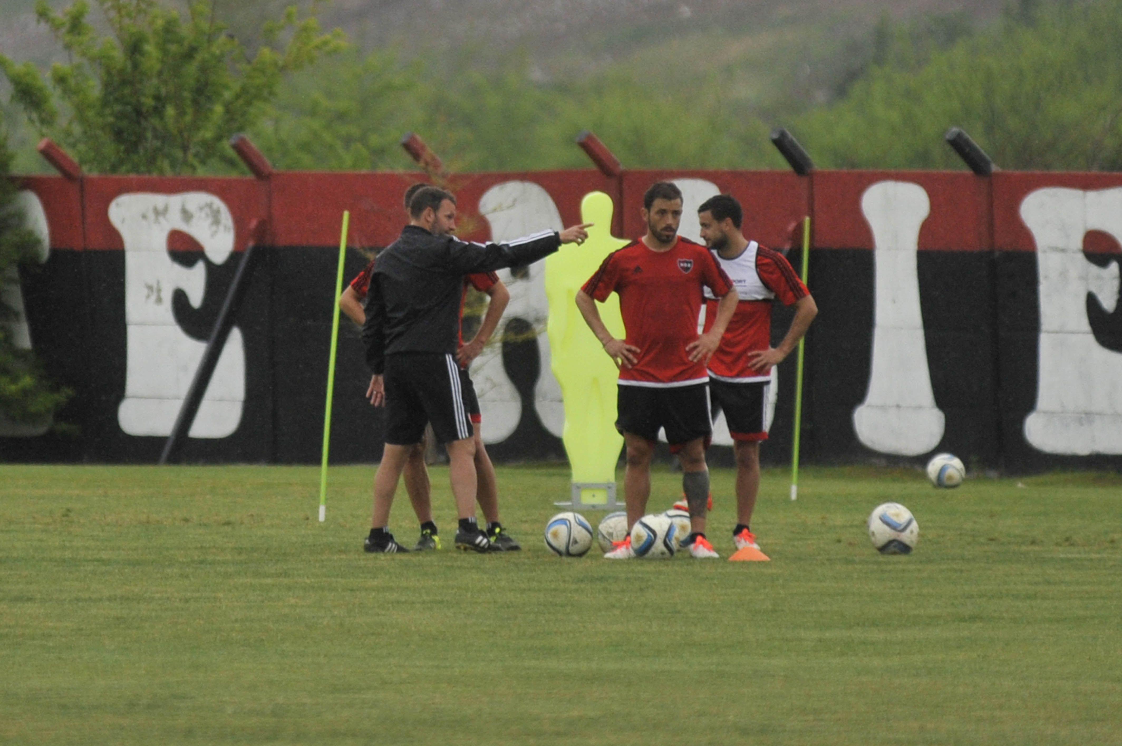 Hacia allá. El DT Lucas Bernardi les da indicaciones a algunos futbolistas durante la práctica de ayer en Bella Vista. (Virginia Benedetto / La Capital)