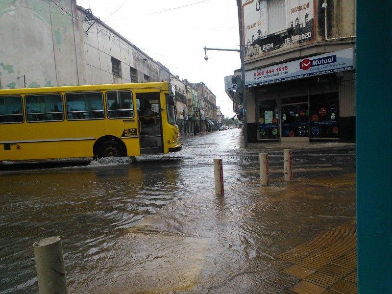 En la zona céntrica de la capital de la provincia se  observaban calles con agua de vereda a vereda