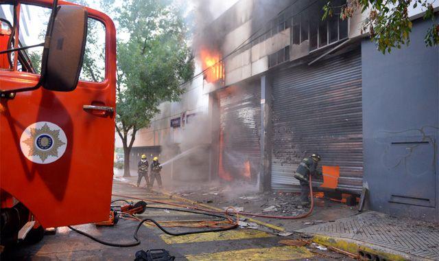 Tres dotaciones de Bomberos Zapadores y una de Bomberos Voluntarios controlaron el voraz incendio. (Foto: E. Rodríguez Moreno)