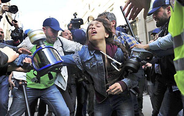 Violencia. Policías de civil apalearon y arrestaron a manifestantes.