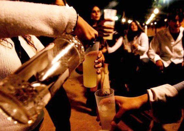 Los adolescentes toman mucha cantidad de alcohol en poco tiempo.