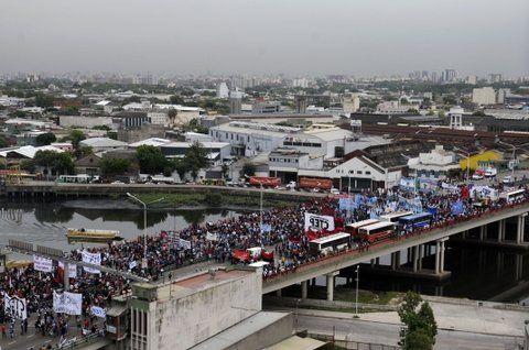 Masivo. Una gruesa columna de trabajadores desocupados transita por el puente Pueyrredón en Buenos Aires.