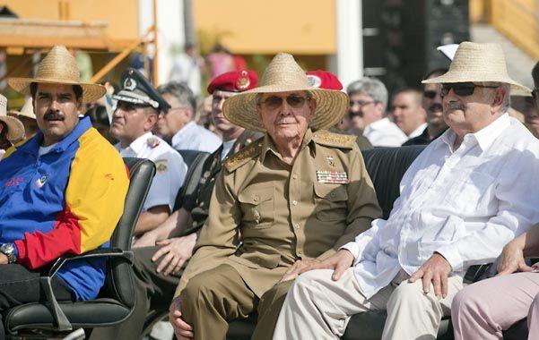 Junto a Raúl Castro (centro) aparecen el venezolano Maduro y el uruguayo Mujica.