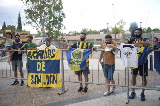 Los hinchas de Central que viven en San Juan fueron a recibir al plantel a la puerta del hotel.