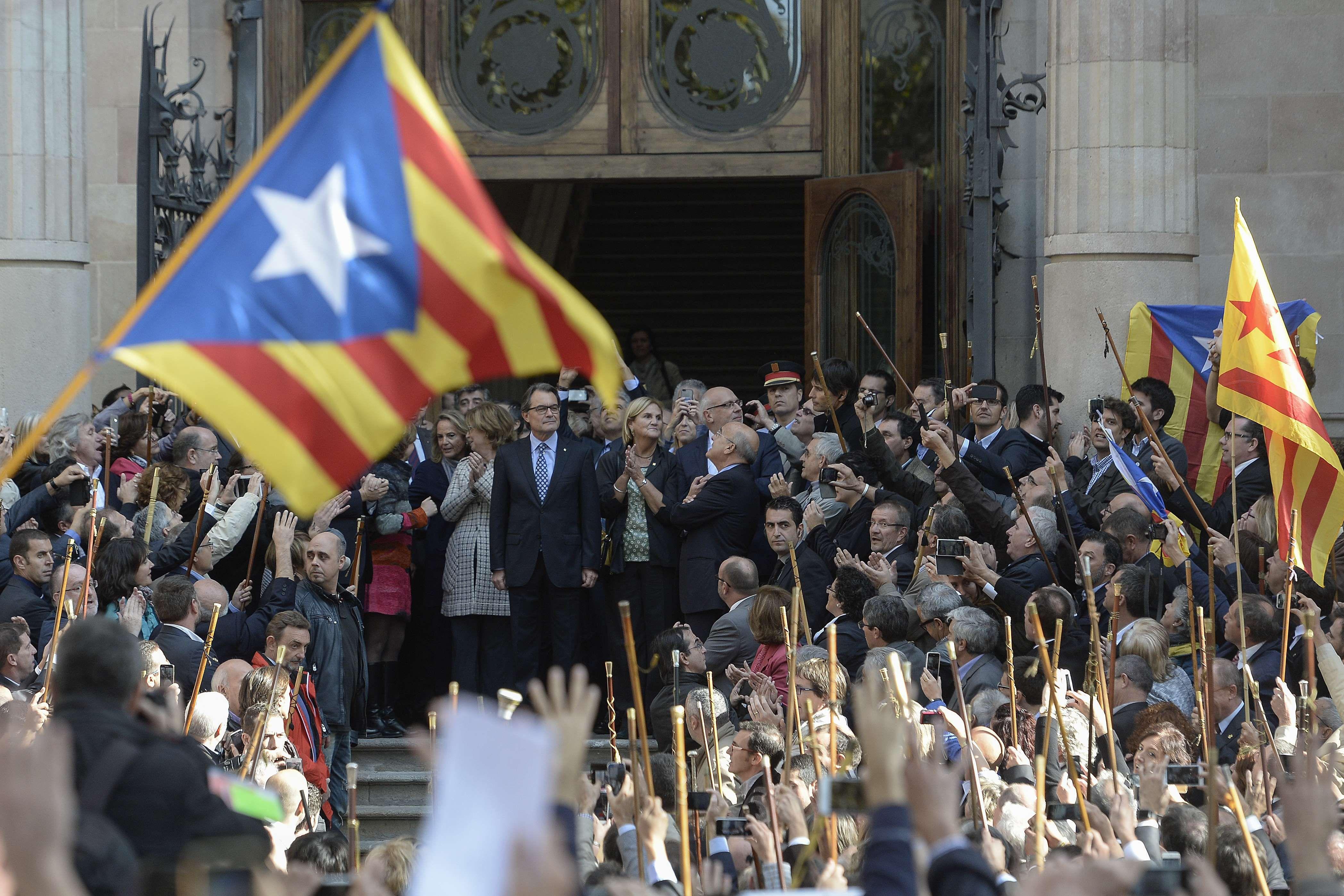 Futuro incierto. Los nacionalistas aclamaron a Mas ante la Corte. Se enfrenta a penas de 10 años de inhabilitación.