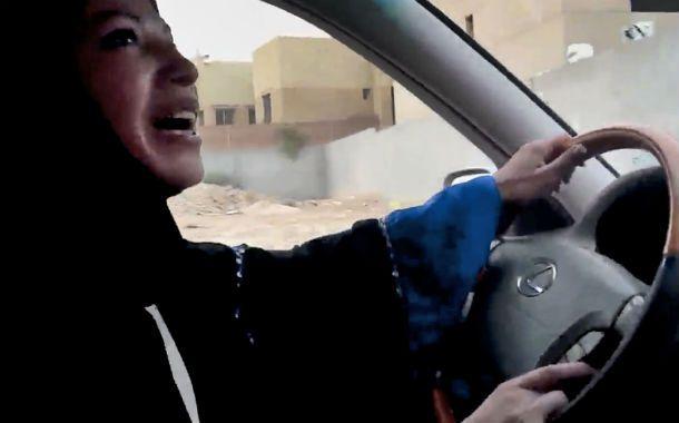 Al volante. Una saudita desafía la prohibición de manejar.