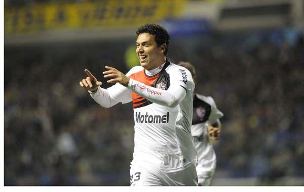 El paraguayo festeja uno de sus goles en La Bombonera. Foto: S. Suárez Meccia.