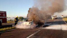 El vehículo se incendió por completo tras chocar contra el ómnibus de la empresa Ríos Uruguay.