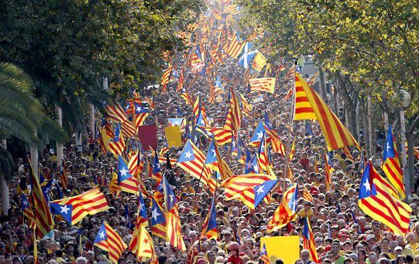Dos multitudinarias columnas de manifestantes formaron una V en el centro de la ciudad del noreste de España entre consignas secesionistas.