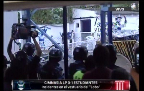 Al menos 13 detenidos y 3 policías heridos por incidentes en el vestuario de Gimnasia