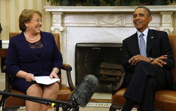 Buena onda. Bachelet y Obama intercambian sonrisas en el Salón Oval. Luego conversaron a puertas cerradas.