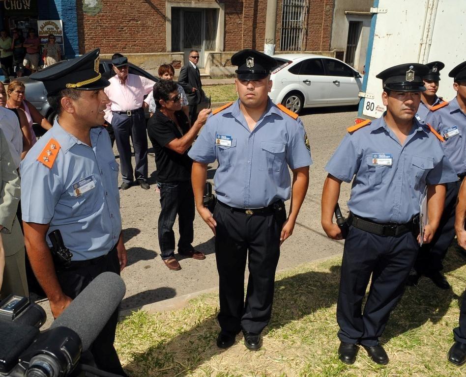 En acción. Los nuevos agentes lucirán el tradicional uniforme policial con charreteras de color naranja.