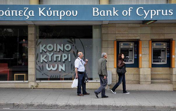 Restricciones. A los chipriotas les está permitido retirar no más de 300 euros diarios de los bancos o cajeros.