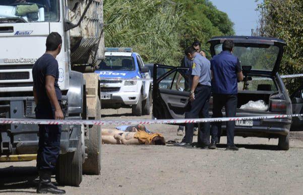 Los forenses que llegaron al lugar tuvieron que sacar los cuerpos del auto para hacer las pericias. (S.Salinas)