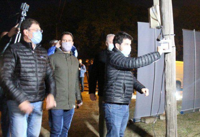 El intendente Leonel Chiarella inaugurando formalmente la iluminación de calle Alem hasta el parque Industrial La Victoria.