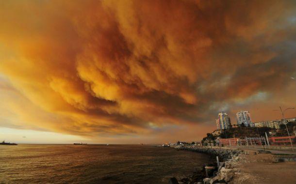 Las nubes de humo sobre Valparaíso conformaban una particular postal ayer a la tarde. La ciudad Patrimonio de la Humanidad sufrió el segundo incendio en menos de un año.