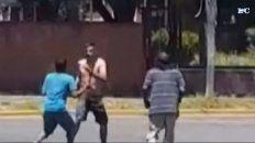 Los dos individuos con remera se enfrentaron contra el que estaba con el torso desnudo. (Foto: captura de video)