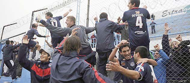 Bien arriba. Los jugadores celebraron trepados al alambrado con la gente. (Foto: Francisco Guillén)