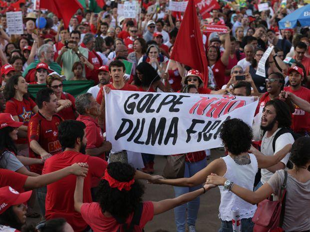 Miles de personas se manifestaron en las calles de Brasil en apoyo a la presidenta Dilma Rousseff.