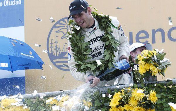 Festejo merecido. Ardusso celebra desde el podio bañando con champán al público. El piloto de Las Parejas descolló en la primera fecha con el Fiat Linea.