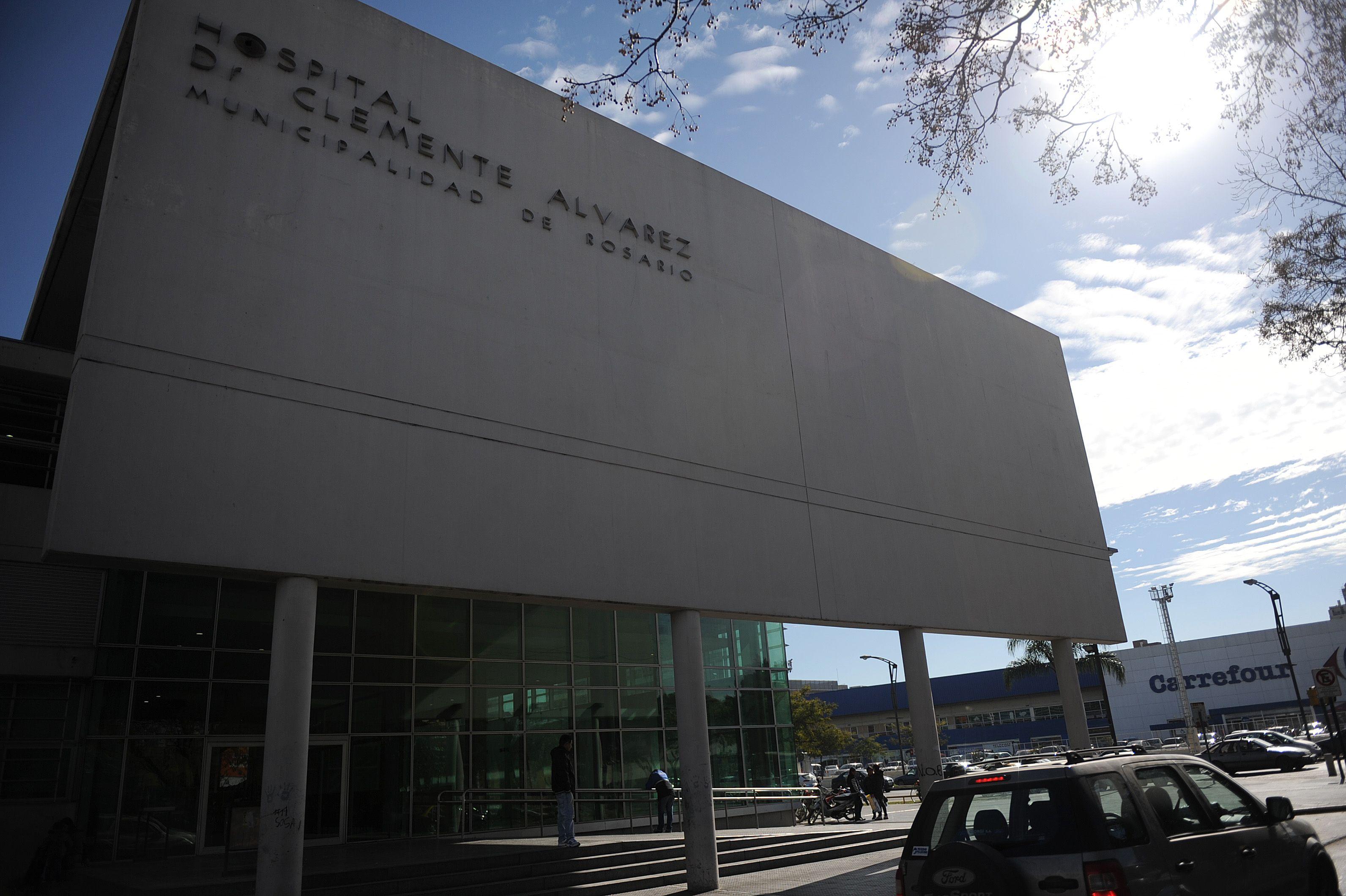 El joven herido en Barra y Cochabamba fue atendido en el Heca y allí quedó con custodia policial.