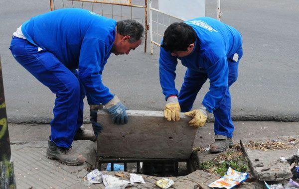 Las cuadrillas de Aguas Santafesinas SA trabajarán a lo largo de la semana en la instalación de bocas de tormenta de cemento armado.