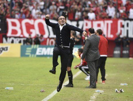 Explosión. Montero recién se relajó cuando Herrera clavó el 3 a 1. Ahí el DT pasó al festejo eufórico.