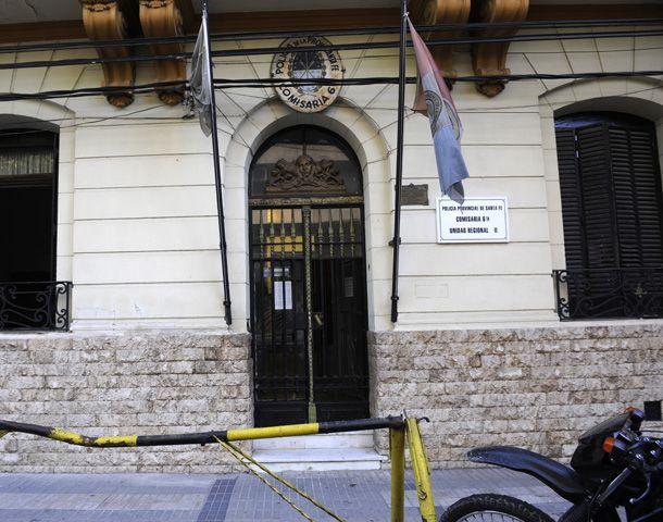 Agentes de la comisaría 6ª cercaron la zona donde sucedió el robo. (Foto: V. Benedetto)