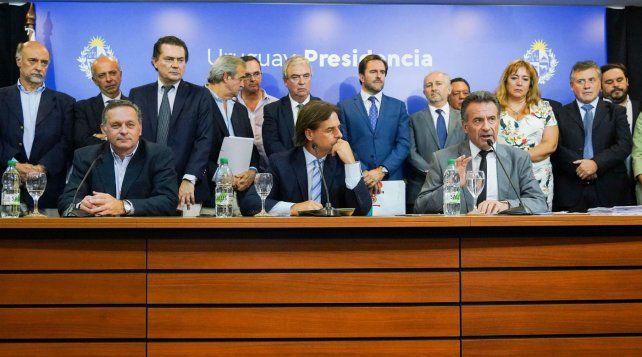 Decisiones. El presidente Luis Lacalle (en el centro) decidió tomar medidas para evitar más contagios.