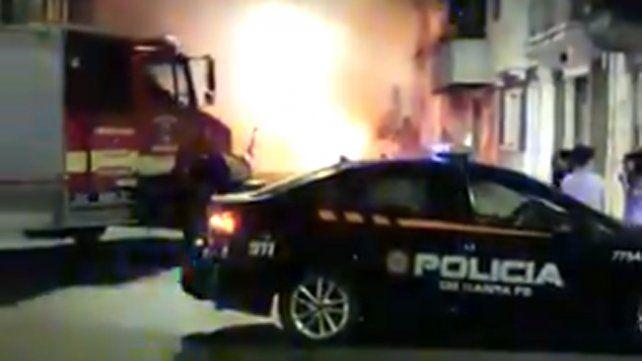 Conmoción por el incendio de un automóvil en Laprida y Zeballos