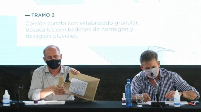 Manos a la obra. El gobernador Omar Perotti y el intendente Emilio Jatón abrieron los sobres de la licitación.