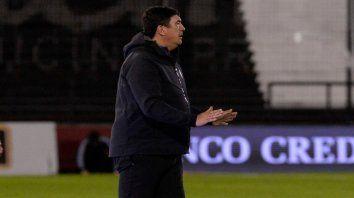 Números. Desde que Burgos llegó a Newells, el equipo consiguió dos victorias, cuatro empates y dos derrotas, mientras que en la Copa Sudamericana una igualdad y tres caídas.
