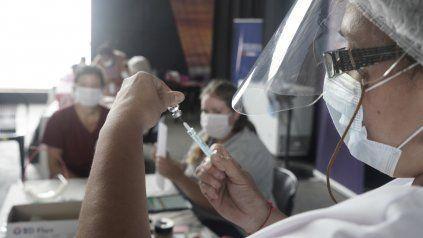 La vacunación, una de las esperanzas para que el virus cese con sus contagios.