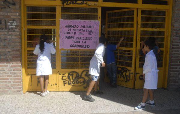 La escuela asaltada anoche en barrio Acíndar. (Foto de archivo)