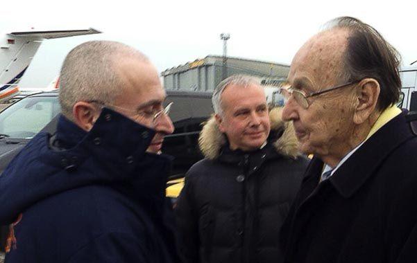 Entre amigos. Jodorkovski (izquierda) es recibido en Berlín por el ex canciller germano Hans-Dietrich Genscher.