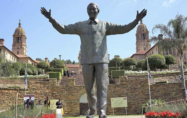 Tributo. Ofrendas ante la estatua gigante de Madiva