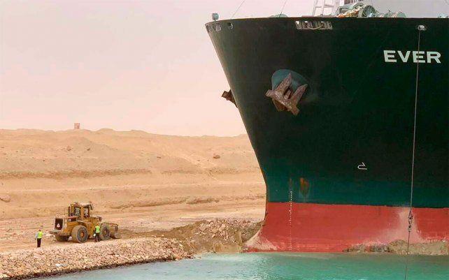 El carguero Ever Green con la proa clavada en el muro de contención, luego de girar de costado en el Canal de Suez de Egipto, bloqueó el tráfico en la vía crucial. Un funcionario egipcio advirtió que podría llevar al menos dos días despejar el buque.
