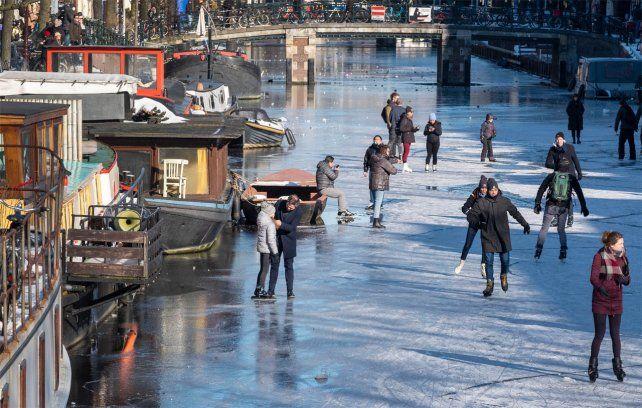 Los canales se problaron de gente dispuesta a disfrutar del patinaje sobre hielo a pesar del peligro.