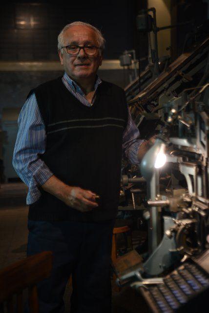 Hugo Capacio es mecánico de la antigua sección linotipo, comenzó a trabajar en el diario La Capital como aprendiz a sus 13 años.