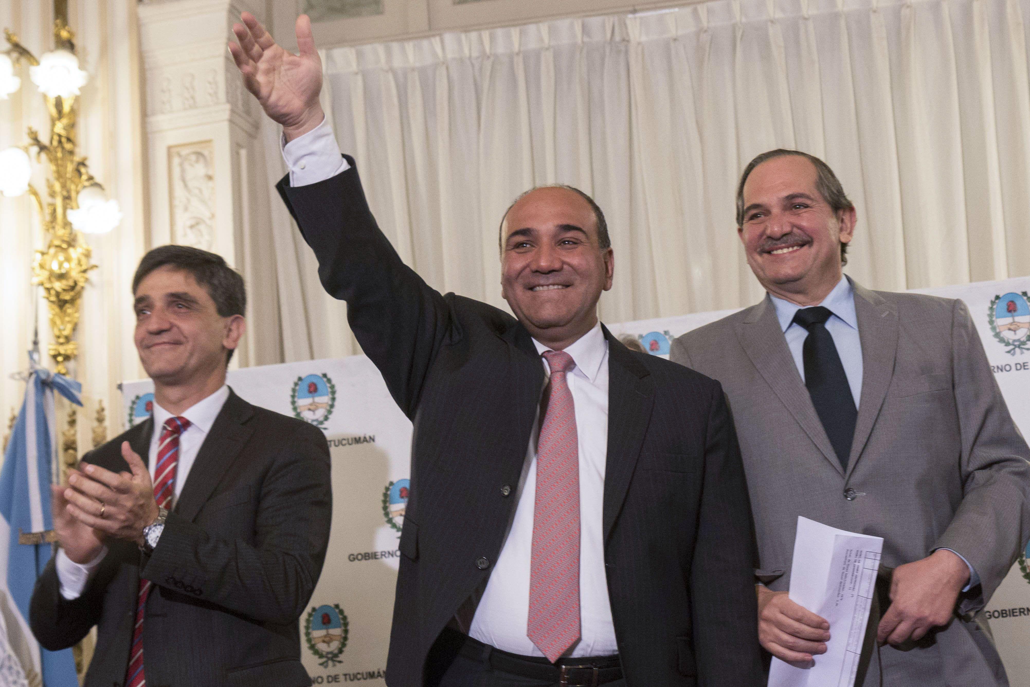 ganador. Todo era sonrisas en la Casa de Gobierno de Tucumán donde el sucesor electo Manzur festejó con Alperovich (der.).