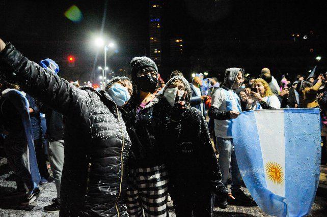 Festejos en el monumento tras la consagración del seleccionado argentino en Brasil. Foto Celina Mutti Lovera.