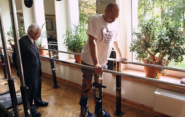 Darek Frida fue apuñalado por la espalda en 2010 y quedó postrado. Esta semana fue filmado dando pasos.