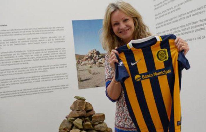 Gabriela Recagno Browning posa orgullosa con la camiseta auriazul en el museo que dirige