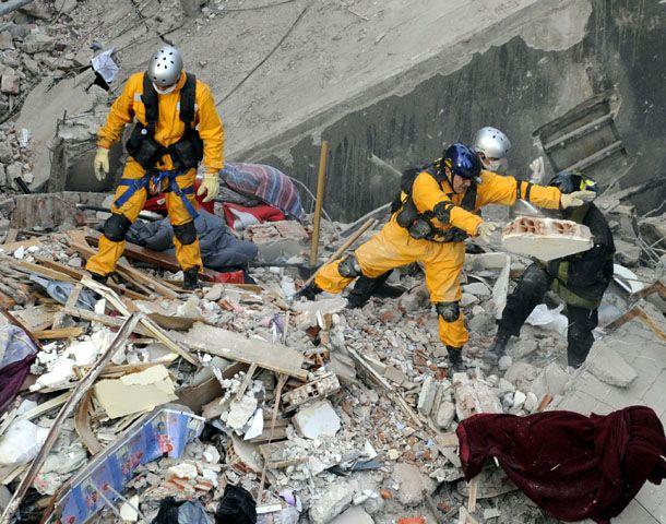 Lamberto destacó la tarea de los rescatistas en la Zona Cero de Oroño y Salta. (Foto: G. de los Ríos)