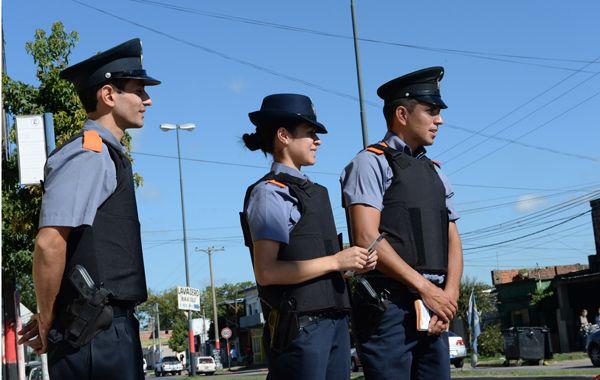 Agentes de la Policía Comunitaria recorren Las Flores Este en la difusión del programa