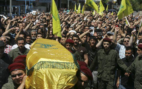Apoyo. El entierro en Beirut de un miliciano de Hezbolá abatido en la vecina Siria. El grupo es aliado de Assad.