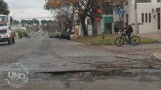 Tremendo pozo.Este pozo se encuentra en avenida Churruarín y Rondeau en la ciudad de Paraná. No solo que es un peligro por sus dimensiones, sino que falta como mínimo una señalización y ni hablar el derroche de agua limpia que se tira por día. La Municipalidad tiene que dar respuestas rápidas en estas cosas.