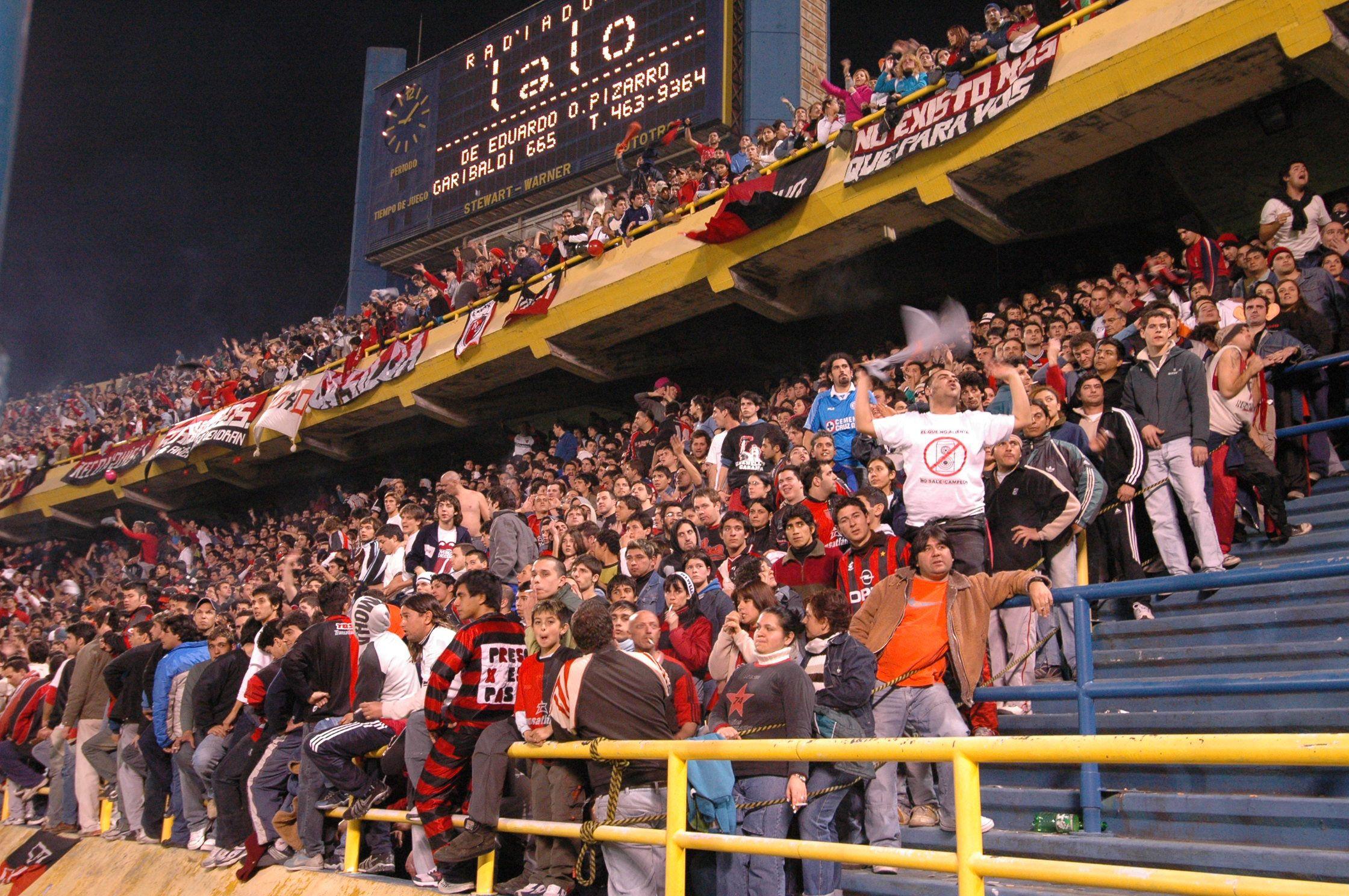 Agosto de 2005. Los hinchas de Newells en la tribuna que da sobre calle Cordiviola. Tras el partido