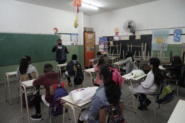En el aula. Gobernador e intendentes coinciden en que los chicos deben regresar a las aulas.